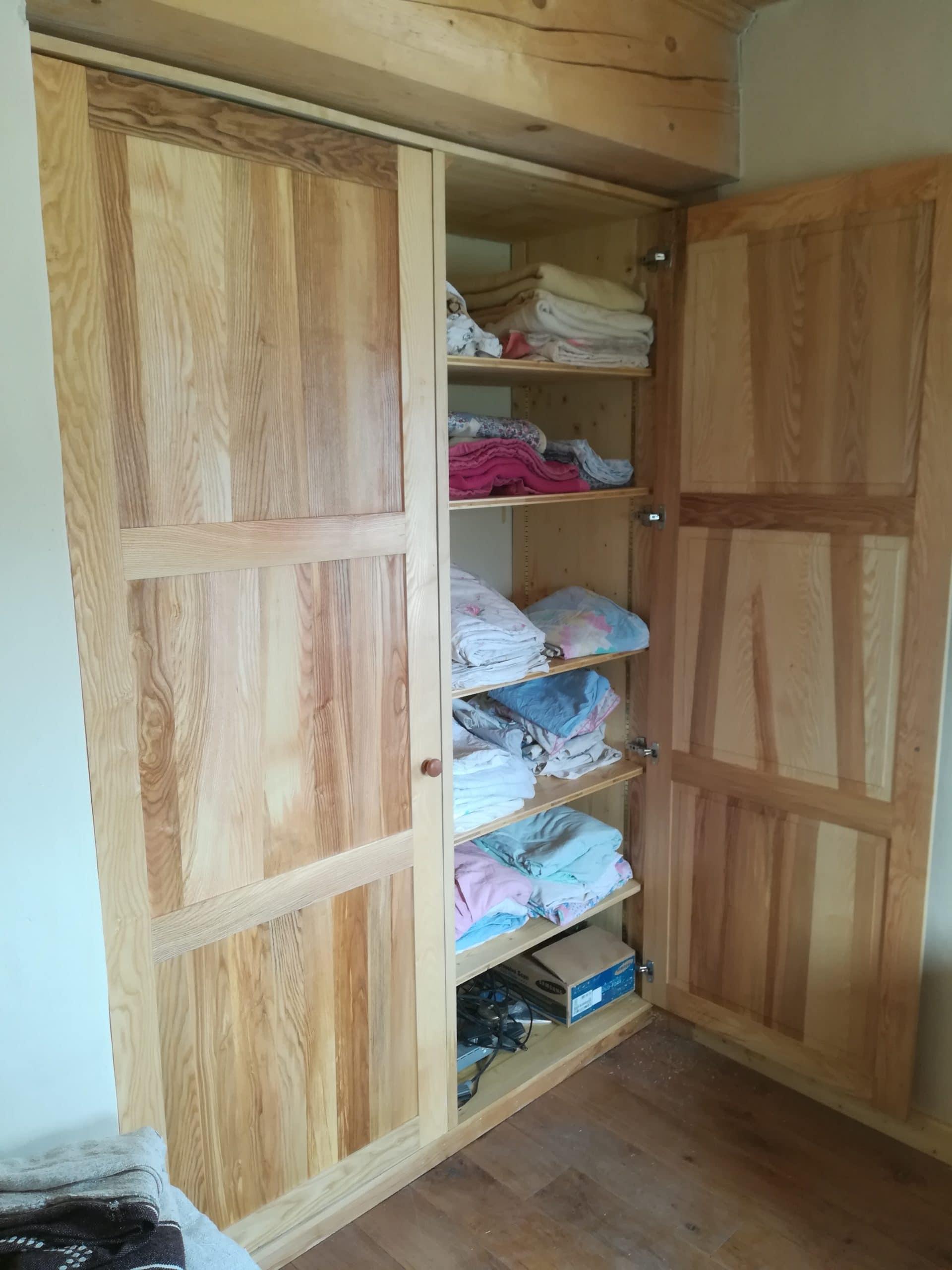Agencement placard, aménagement sur mesure, armoire, portes de placard en frêne massif à panneaux moulurés, rustique, moderne, lumineux.
