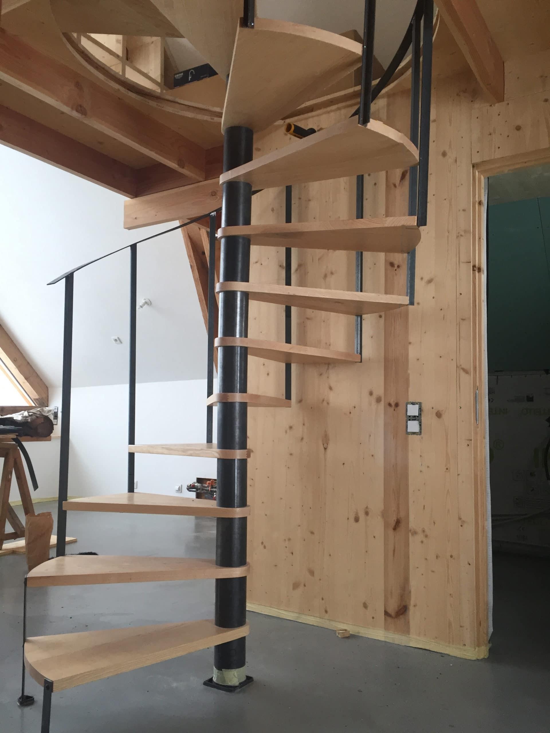 Escalier à colimaçon hélicoïdal bois et métal marches suspendus design industriel