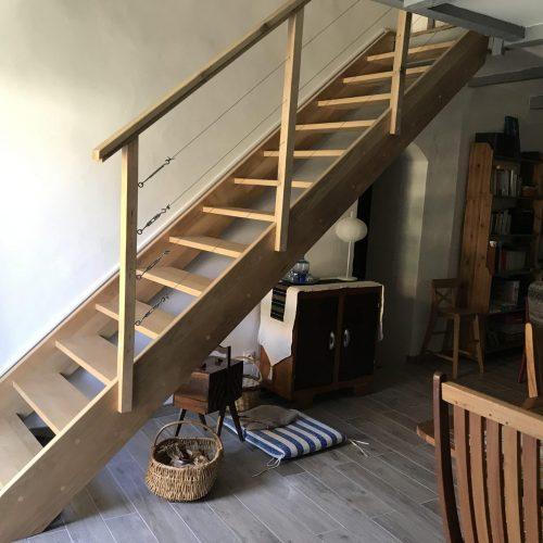 Escalier droit, main courante bois rambarde câbles