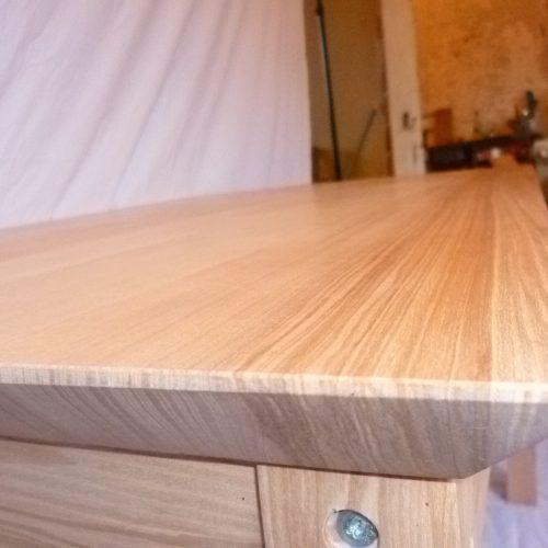 Table et table basse assortie en frêne massif. Pieds gainés en trapèze inversé, aux lignes vives, épurées, moderne.