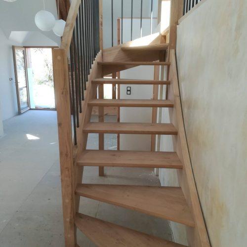 Escalier chêne massif quart tournant sur limons rampe chêne garde corps barreaux acier main courante courbe