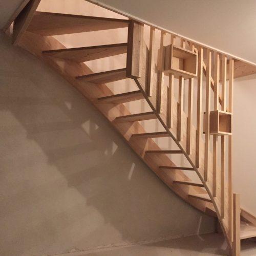 Escalier à quert tournant sur limons, ajouré sans contre-marches, garde corps en claustra, rampe bois, main courante profilée bois, décoration rambarde bois
