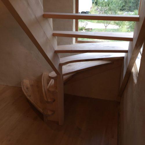 Escalier sur crémaillères à double quart tournant nez de marches à liseré en noyer marches arrondies
