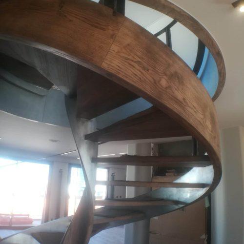 Escalier hélicoïdal débillardé à noyaux creux et lamellé-collé plaqué zinc